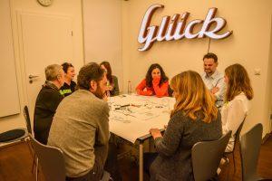 Die Teilnehmer erzählen sich Geschichten, ohne diese zu kommentieren