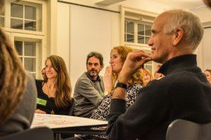 Die Teilnehmer hören der musikalischen Zusammenfassung von Toba & Pheel aufmerksam zu